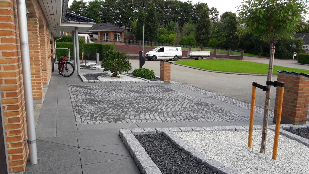 Indkørsel med granit bordurfliser.