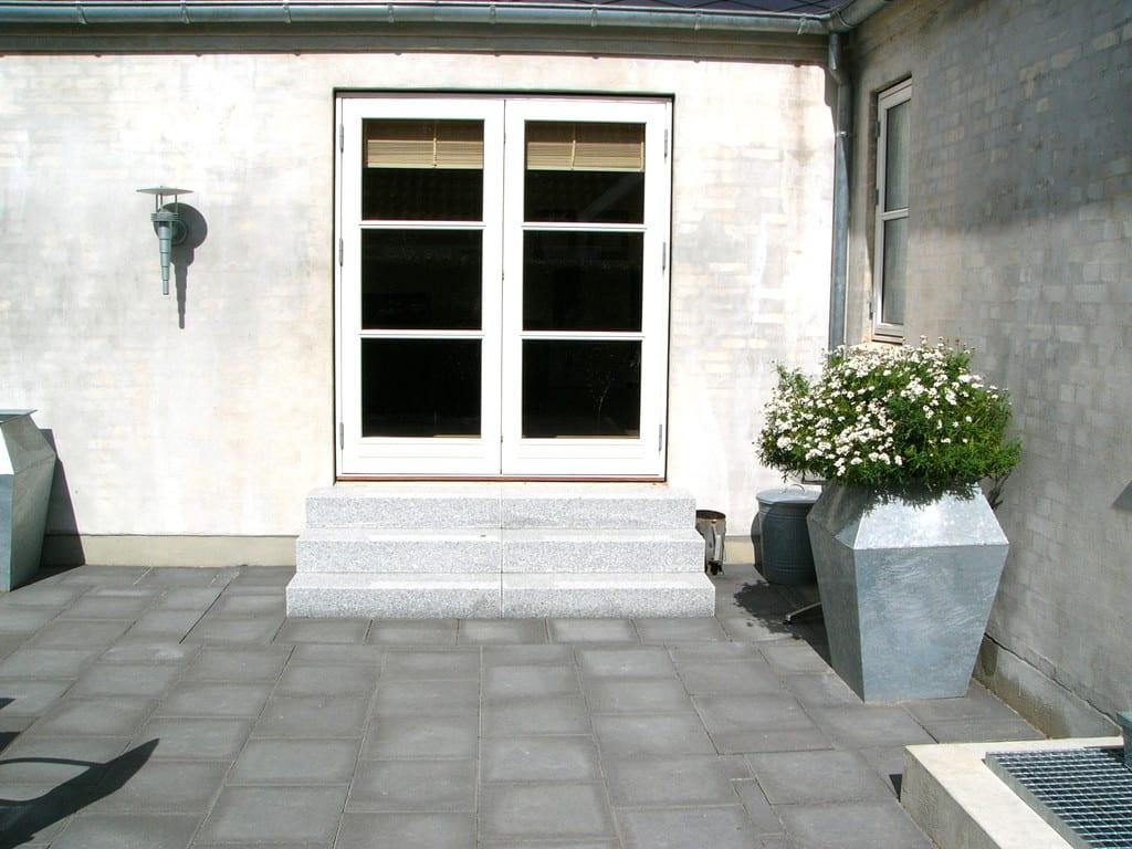 Betonfliser og granit trappe
