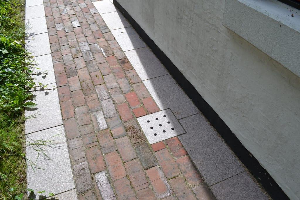 Røde klinker, bord af granit fliser