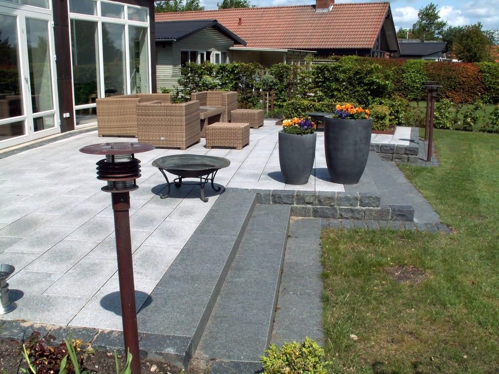 Trappe, terrasse og terrænmur udført i granit