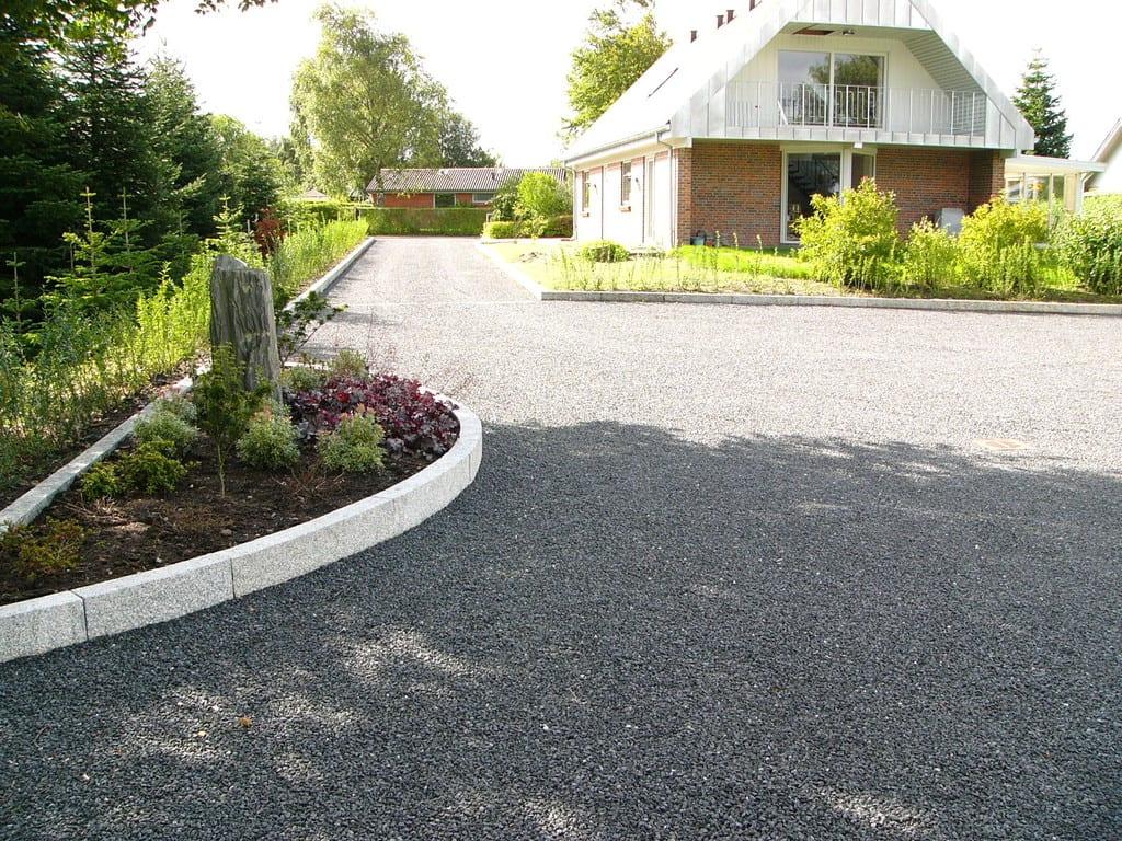 Gårdsplads i sorte granit skærver