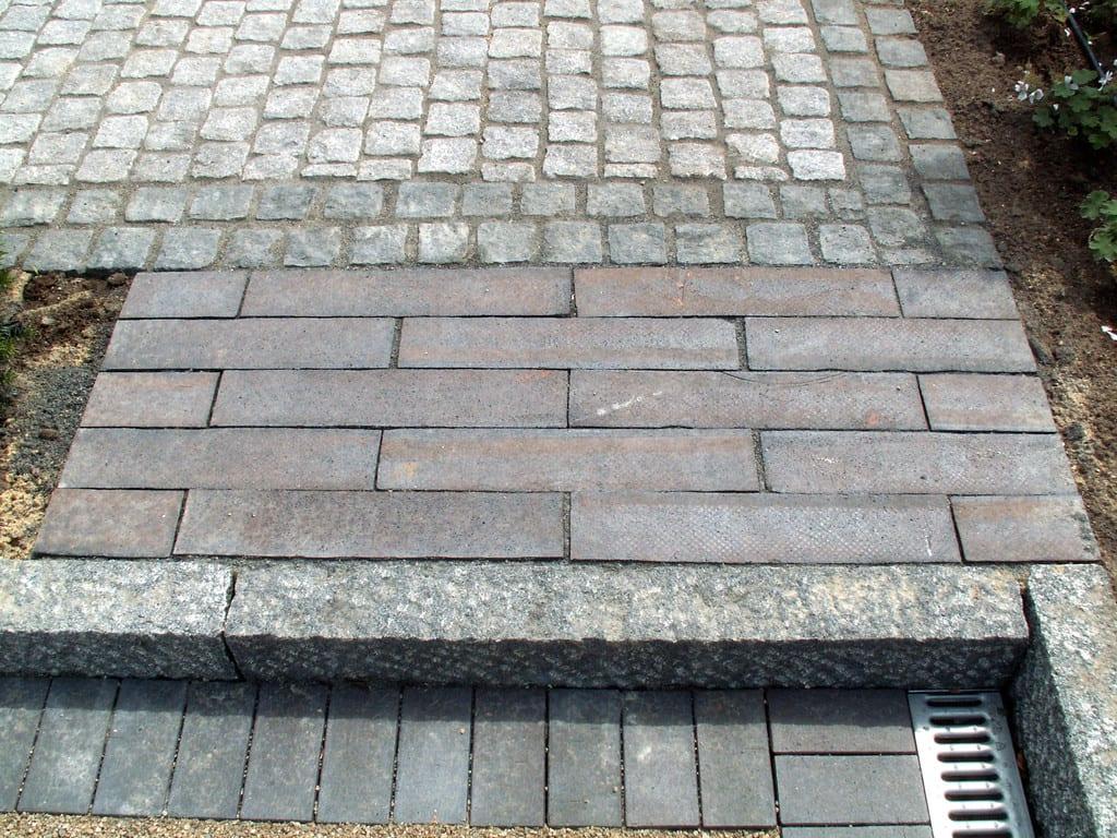 Klinker, granit kantsten og chausséstensbelægning