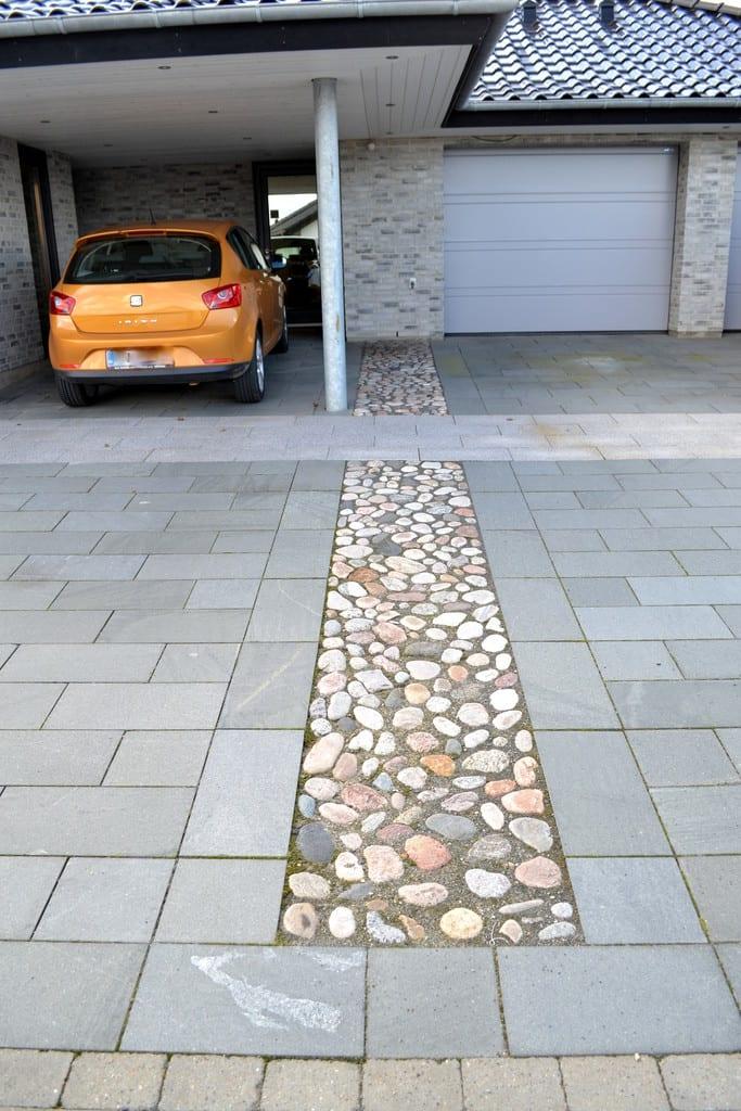 Indkørsel med granit fliser og pigsten