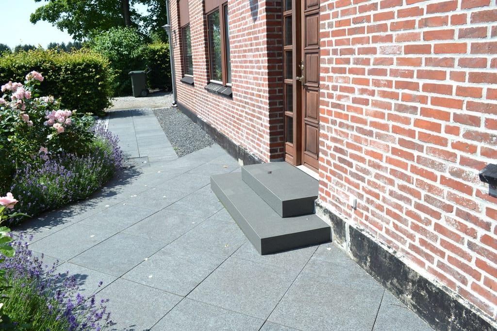 Granit trappe, 60*60 cm fliser og sorte skærver