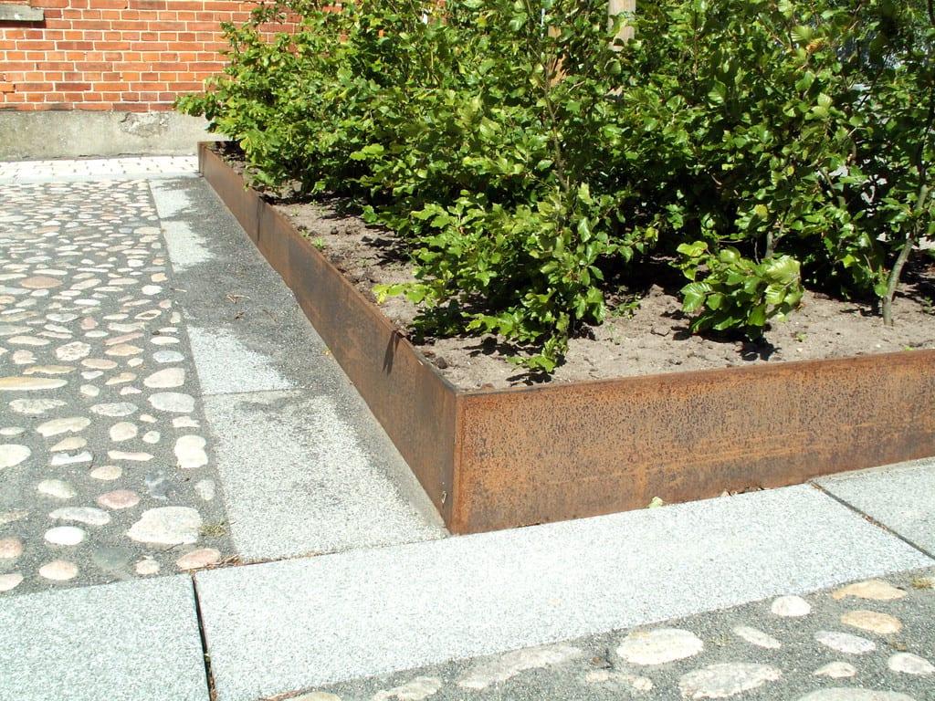 Corten kant og granit fliser bord