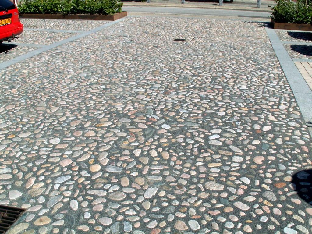 Pigstensbelægning med granit fliser som bord