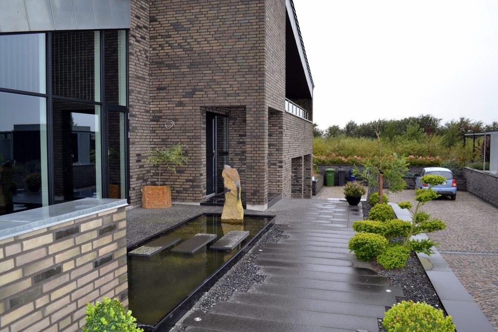 Stedsegrønne planter i sorte granit skærver