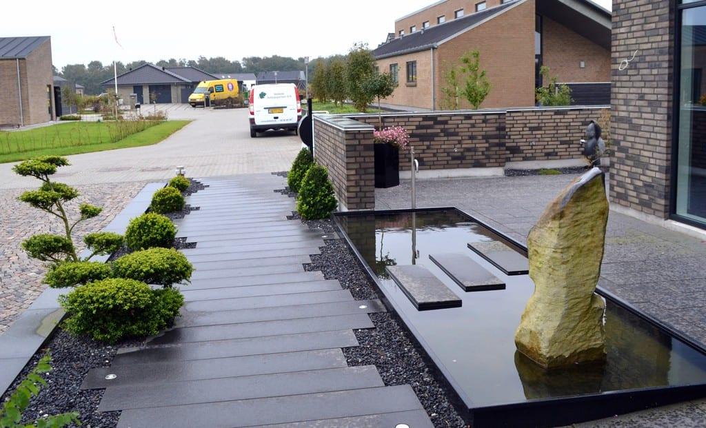 Spejlbassin med trædefliser Granit fliser forskudt med sorte granit skærver