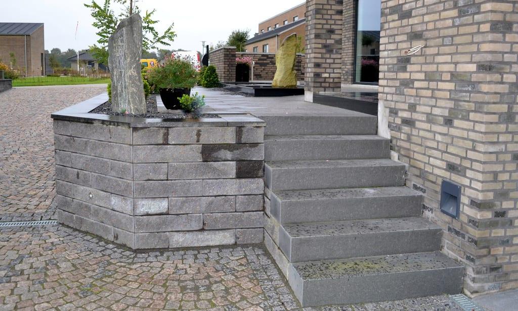 Granit trappe og støttemur