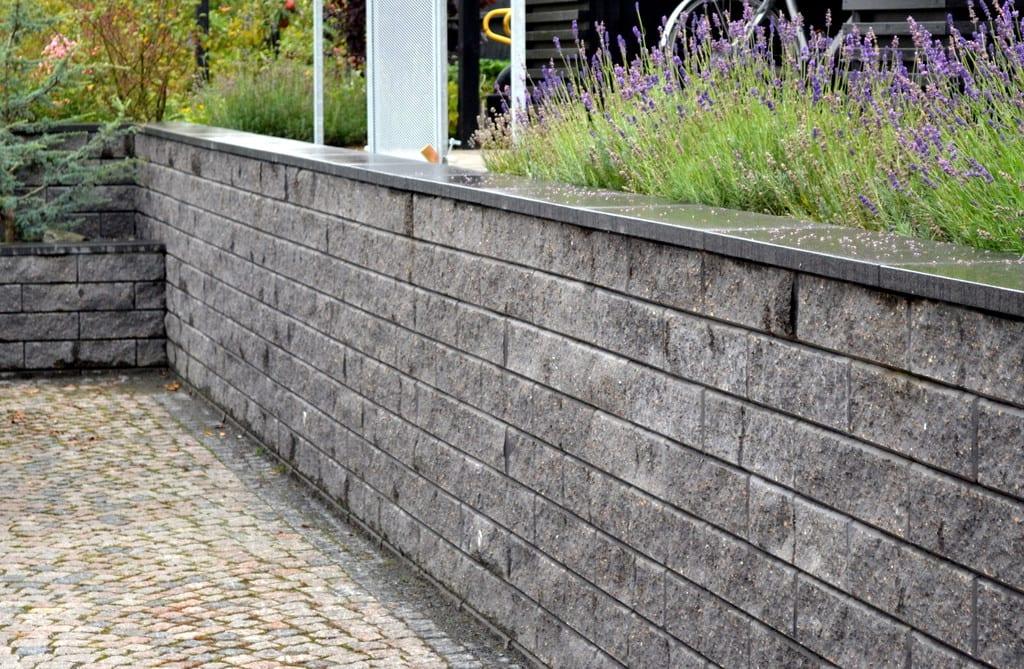 Støttemur i beton med granit kant