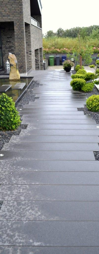 Granit fliser lagt forskudt Sorte granit skærver