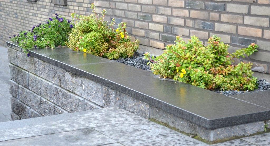 Mur i betonelementer med granitplade