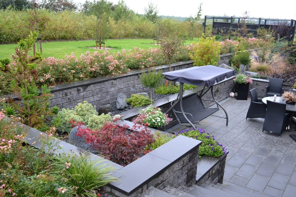 Terrasse og mur i betonelementer