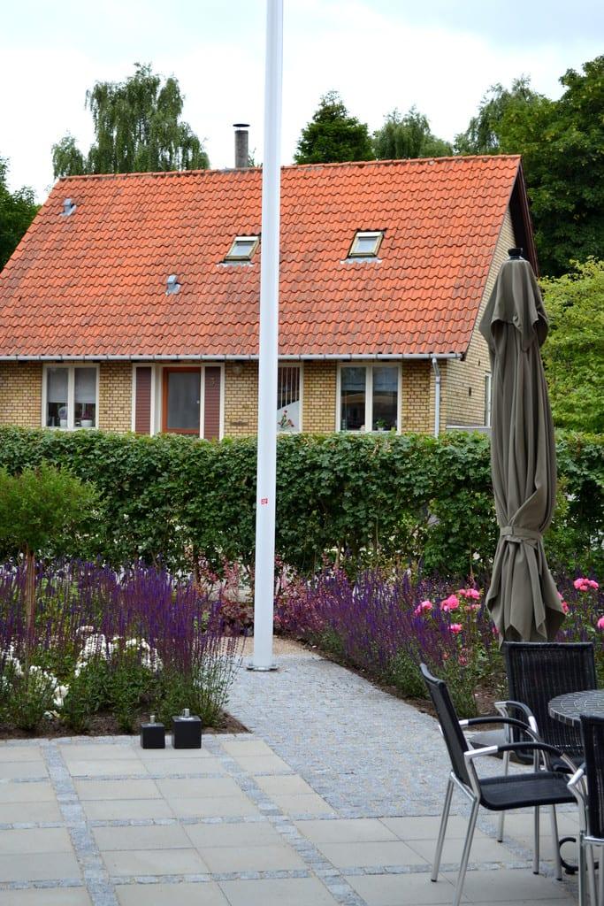 Prydbeplantning og terrasse