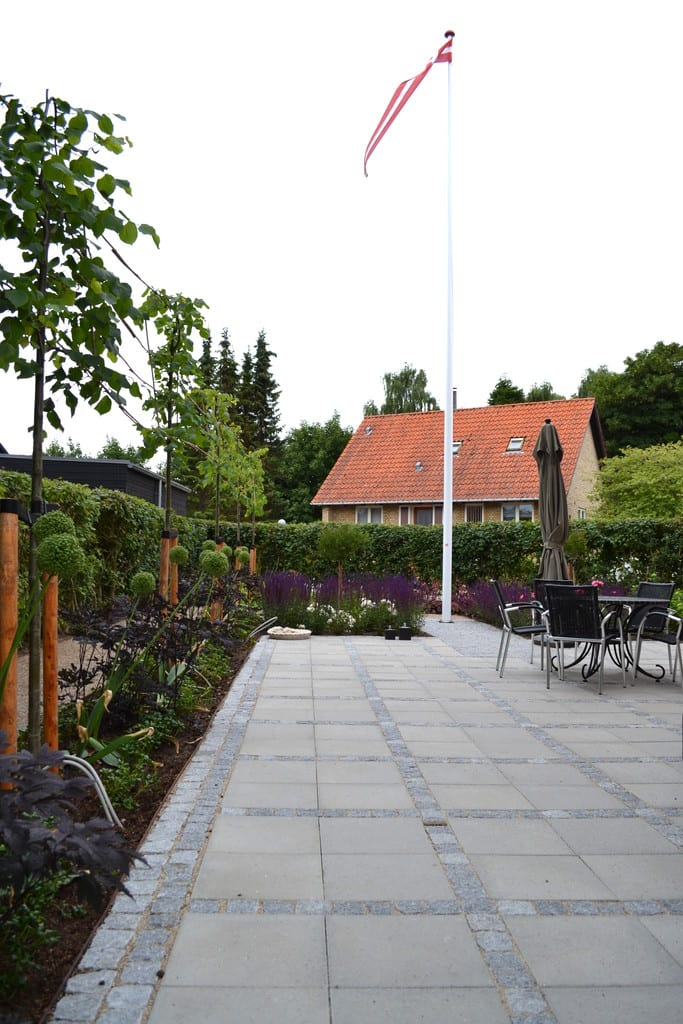 Prydbeplantning langs terrasse