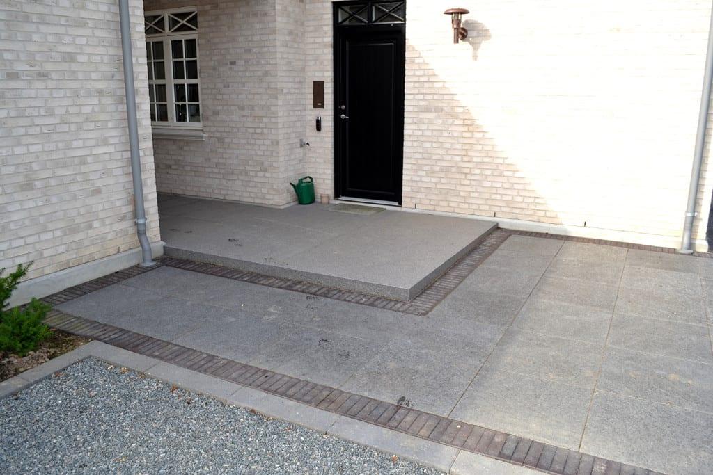 Granit belægning og trappe