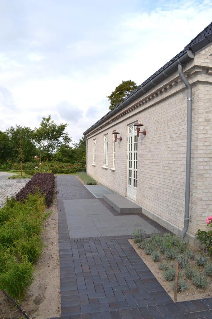 Granit fliser kombineret med sorte klinker