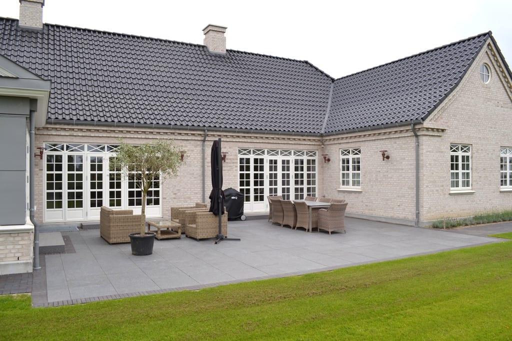 Terrasse med sorte granit fliser og sorte klinker