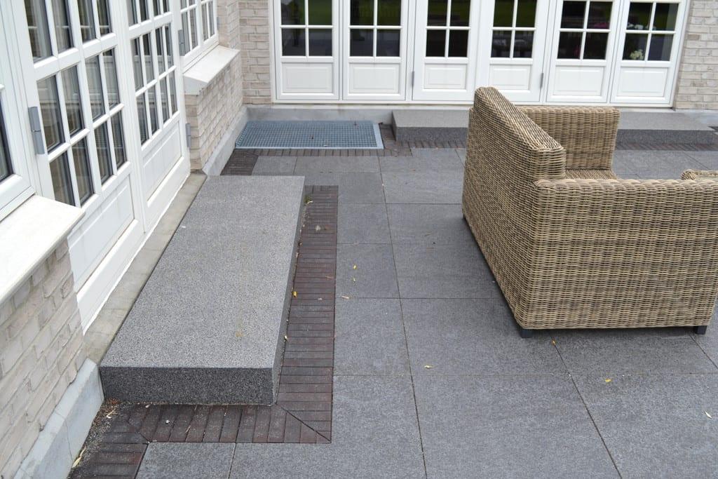 Klinker og granit fliser rundt om huset