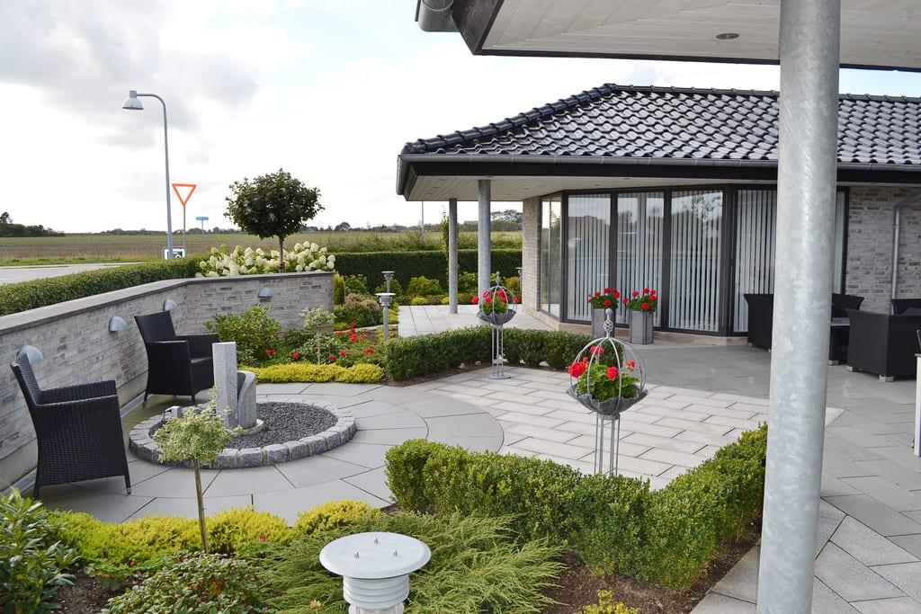 Terrasse afgrænset af hæk