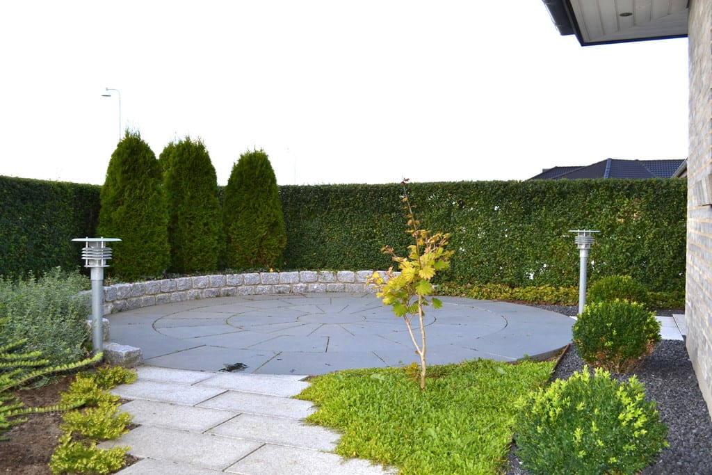 Cirkel med granit fliser og brostensmur