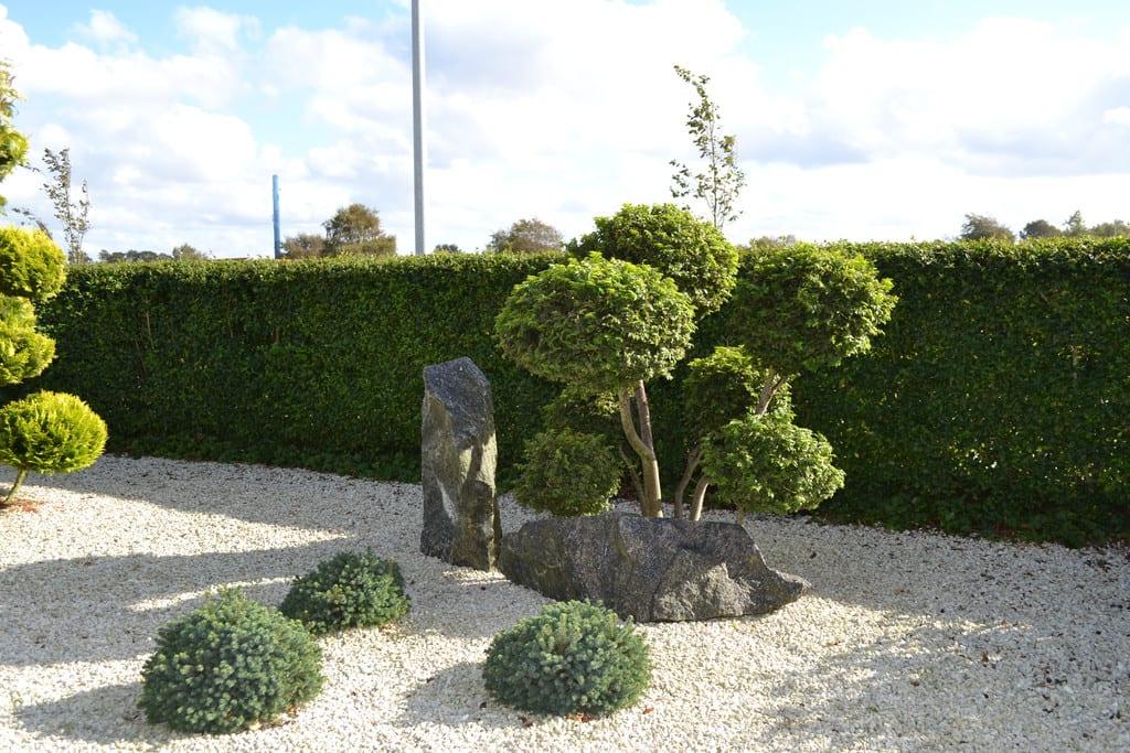 Skærver med pyntesten og formklippet træ