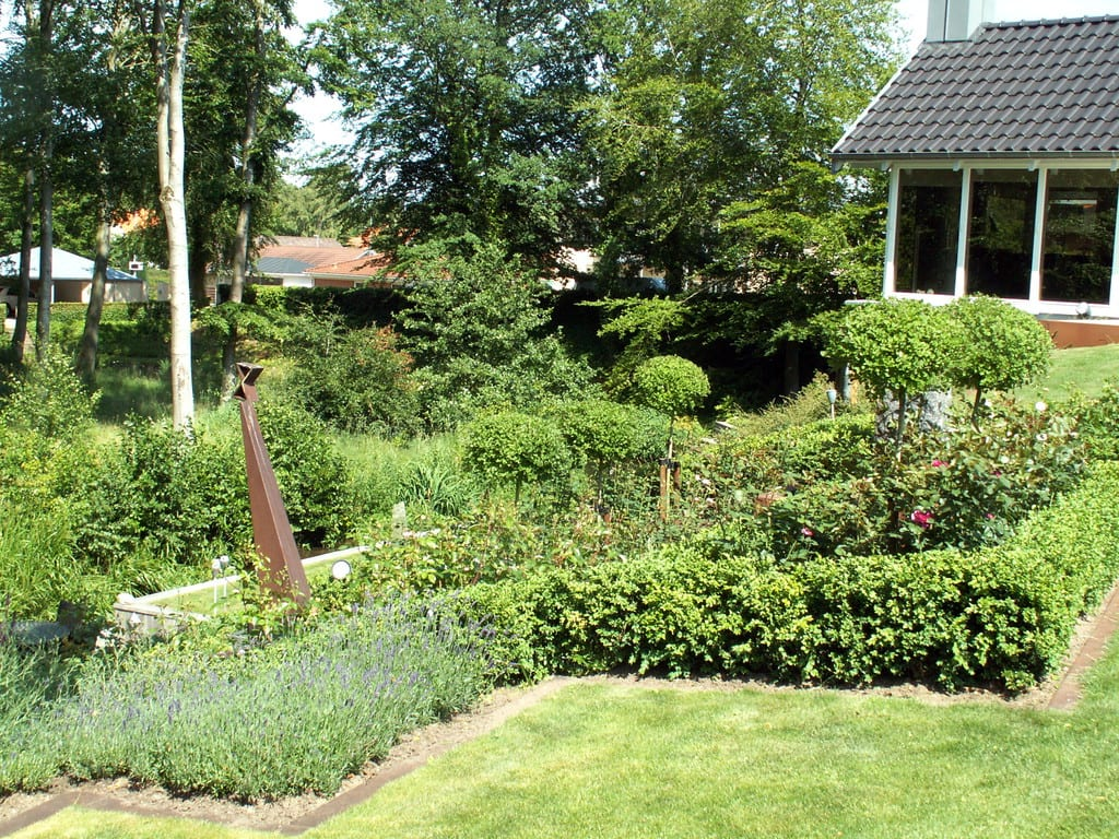 Græsplæne og beplantning adskilt af corten kant