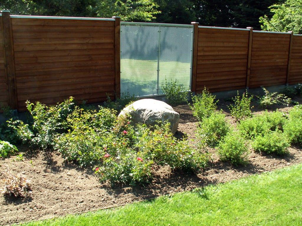 Lind beton hegn, beplantning og græsplæne