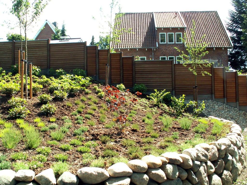 Kampestensmur, beplantning og hegn