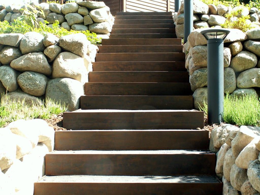Trappe af corten trin og kampestensmur