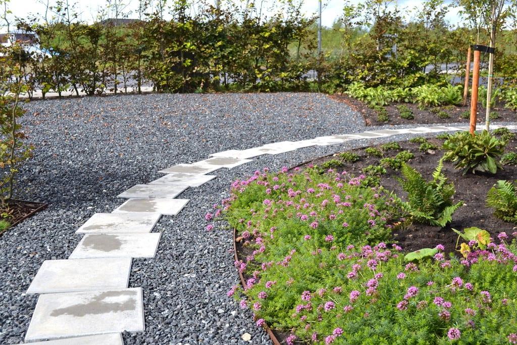 Sti af beton fliser, granit skærver og jern kant