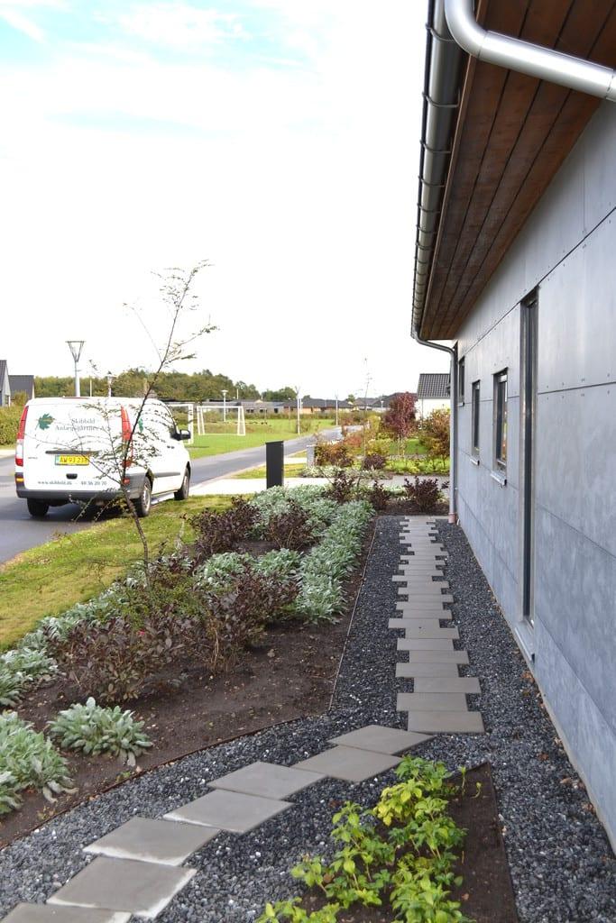 Sti af beton fliser og granit skærver