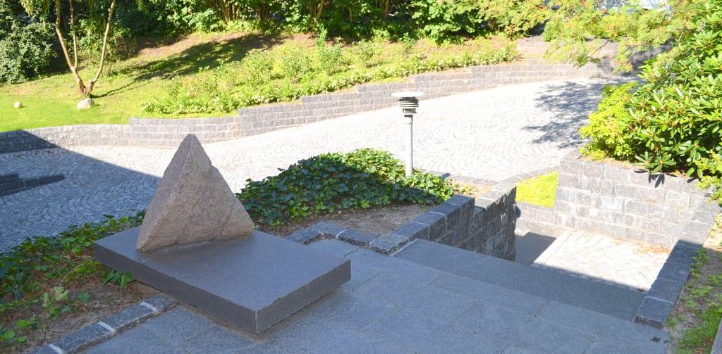 Granit belægning, granit skulptur og beplantning