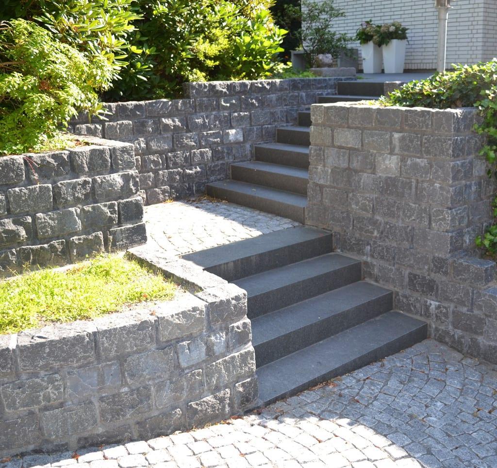 Chaussésten, brostensmur og granit trappe