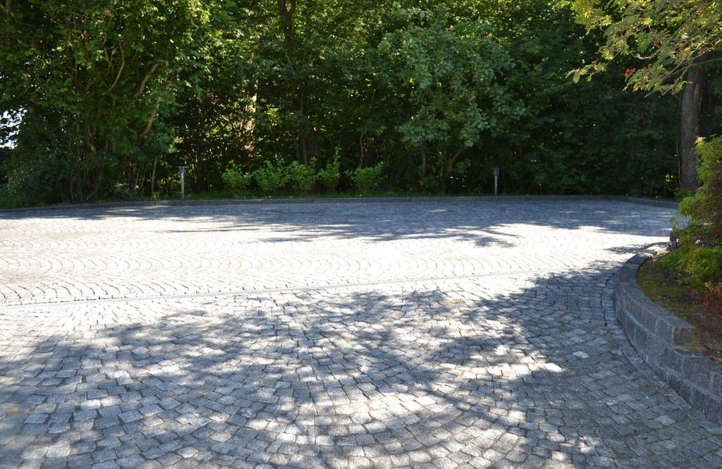 Chaussésten i buer og granit støttemur