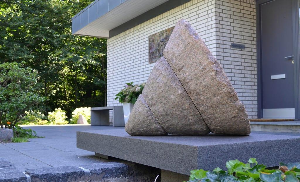 Granit plade med skulptur
