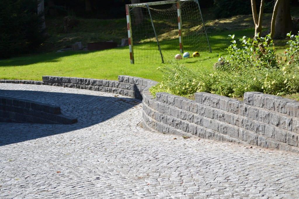 Chaussésten i buer, granit støttemur