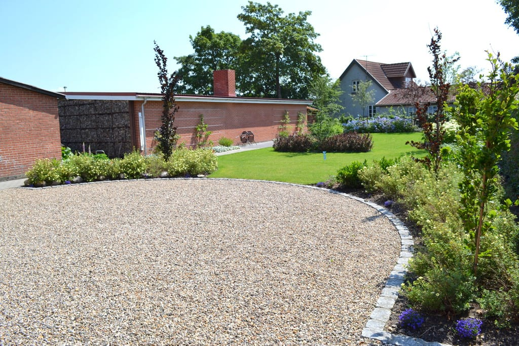Grusplads med granit kant, beplantning, græsplæne