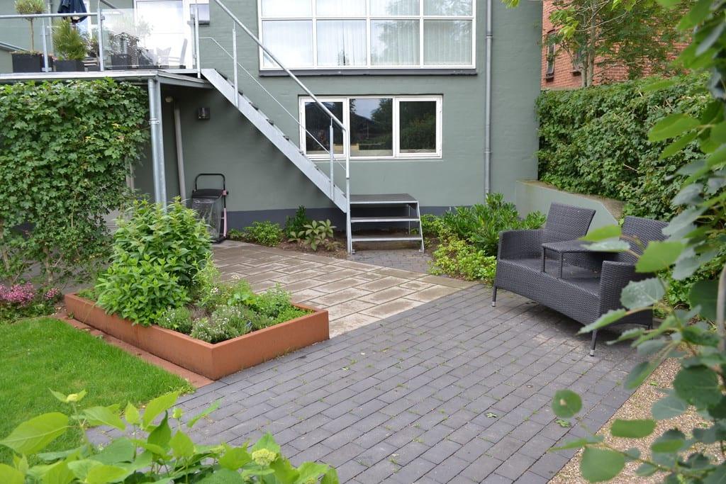 Terrasse med sorte klinker