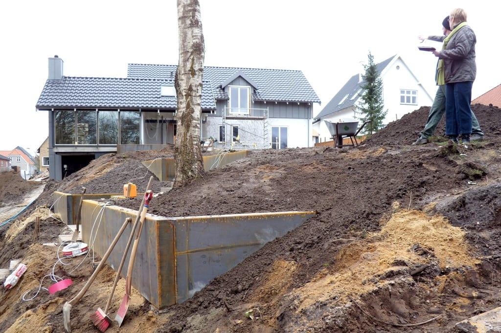 Opbygning af corten mure og træterrasse