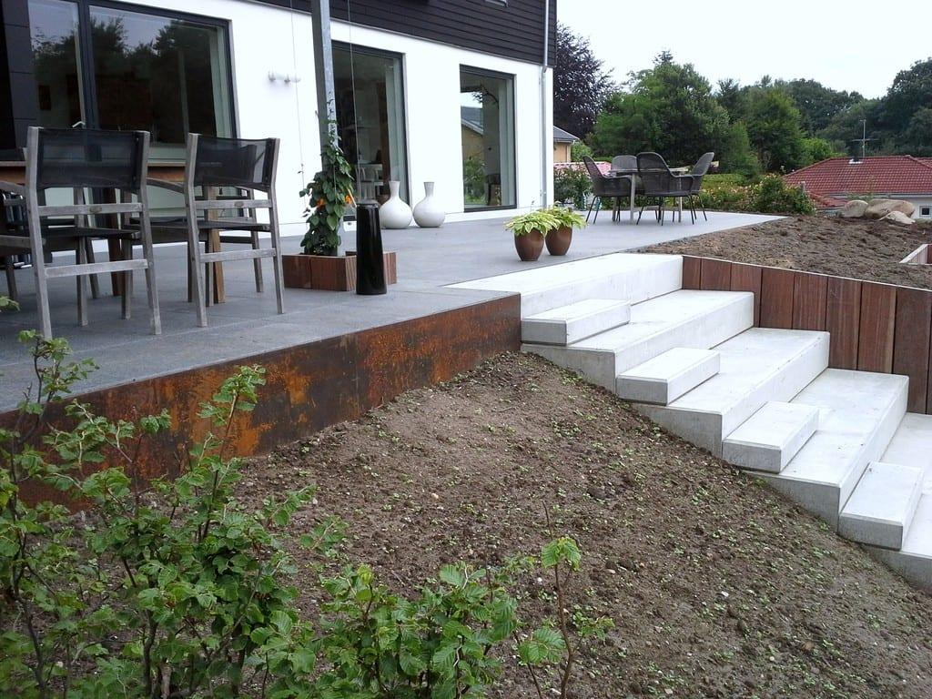 Corten kant og betontrappe