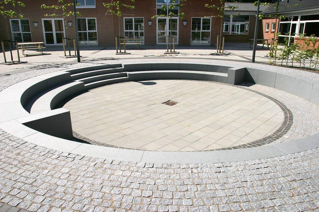 Granit amfiteater i en skolegård