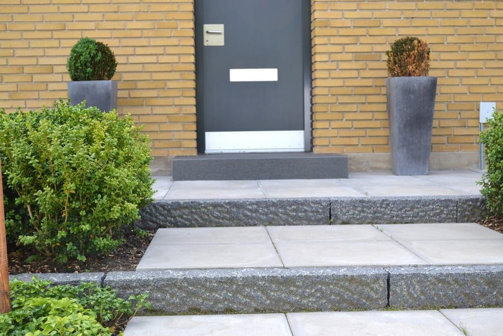 Opbygning af trappe med granit kantsten og beton fliser