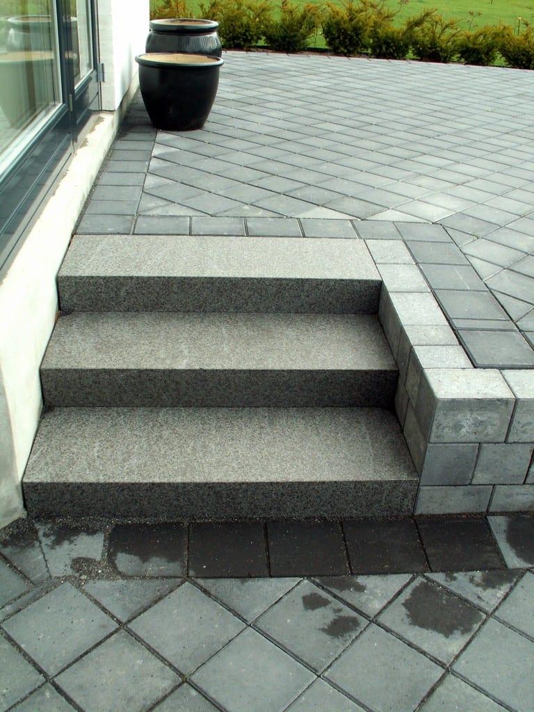 Granit trin i sort bassalt med beton fliser