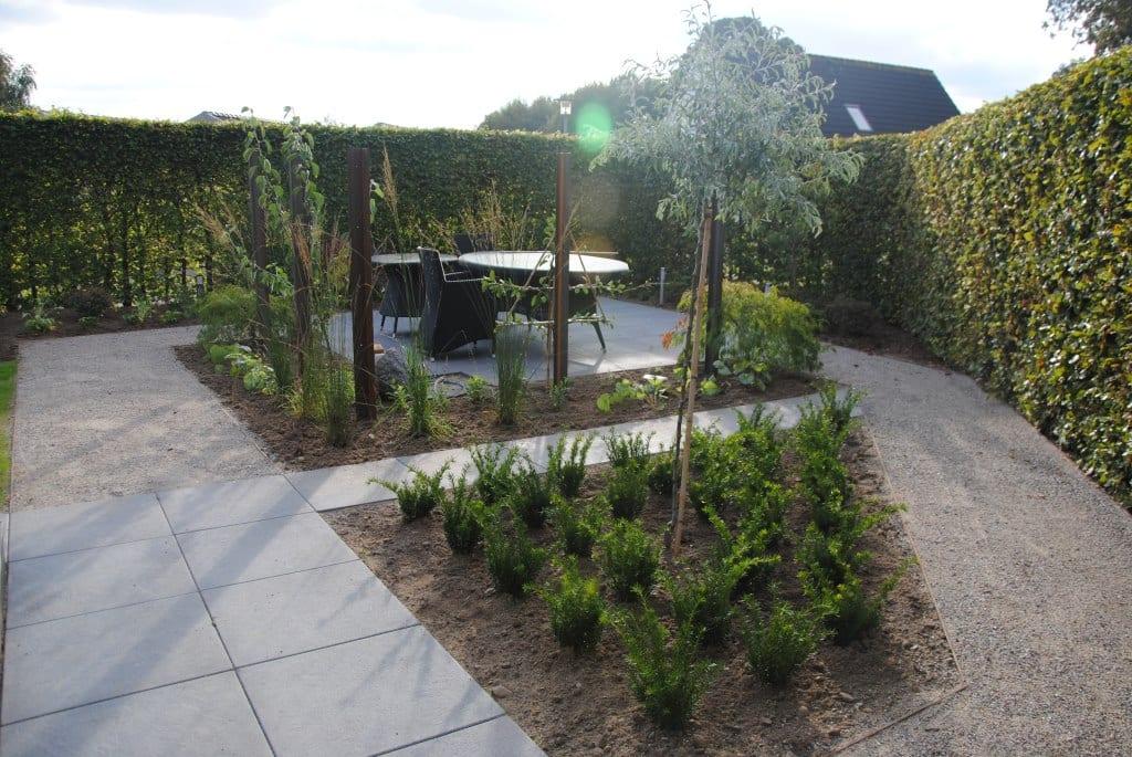 Espalier og varieret beplantning rundtom terrassen
