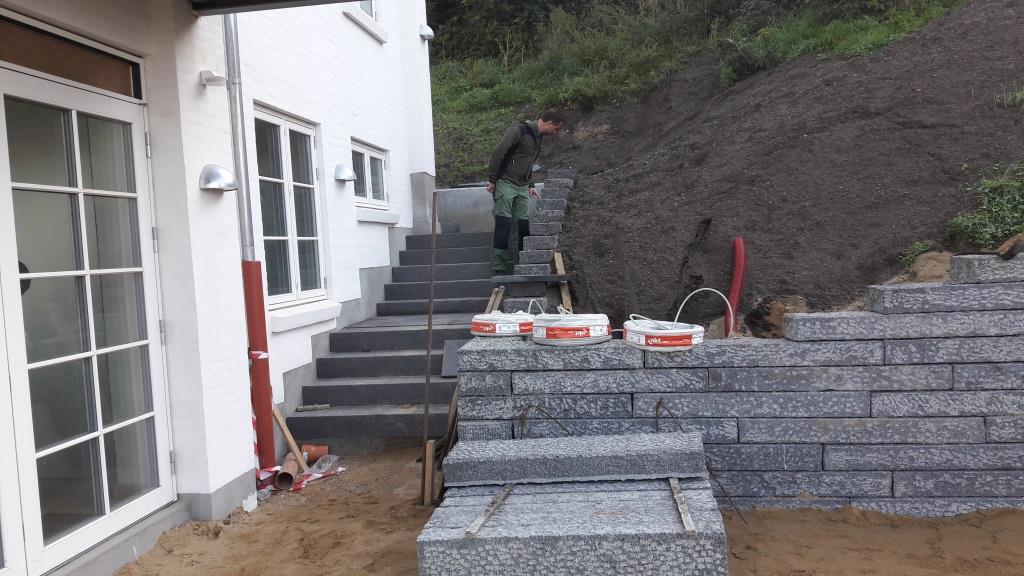 Granit kantsten som støttemur